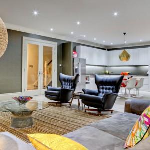Serce mieszkania stanowi strefa dzienno-imprezowa, w obrębie której urządzono kuchnię, jadalnię i spory salon. Projekt: Daniel Hopwood Studio. Fot. Matt Chung Photo.