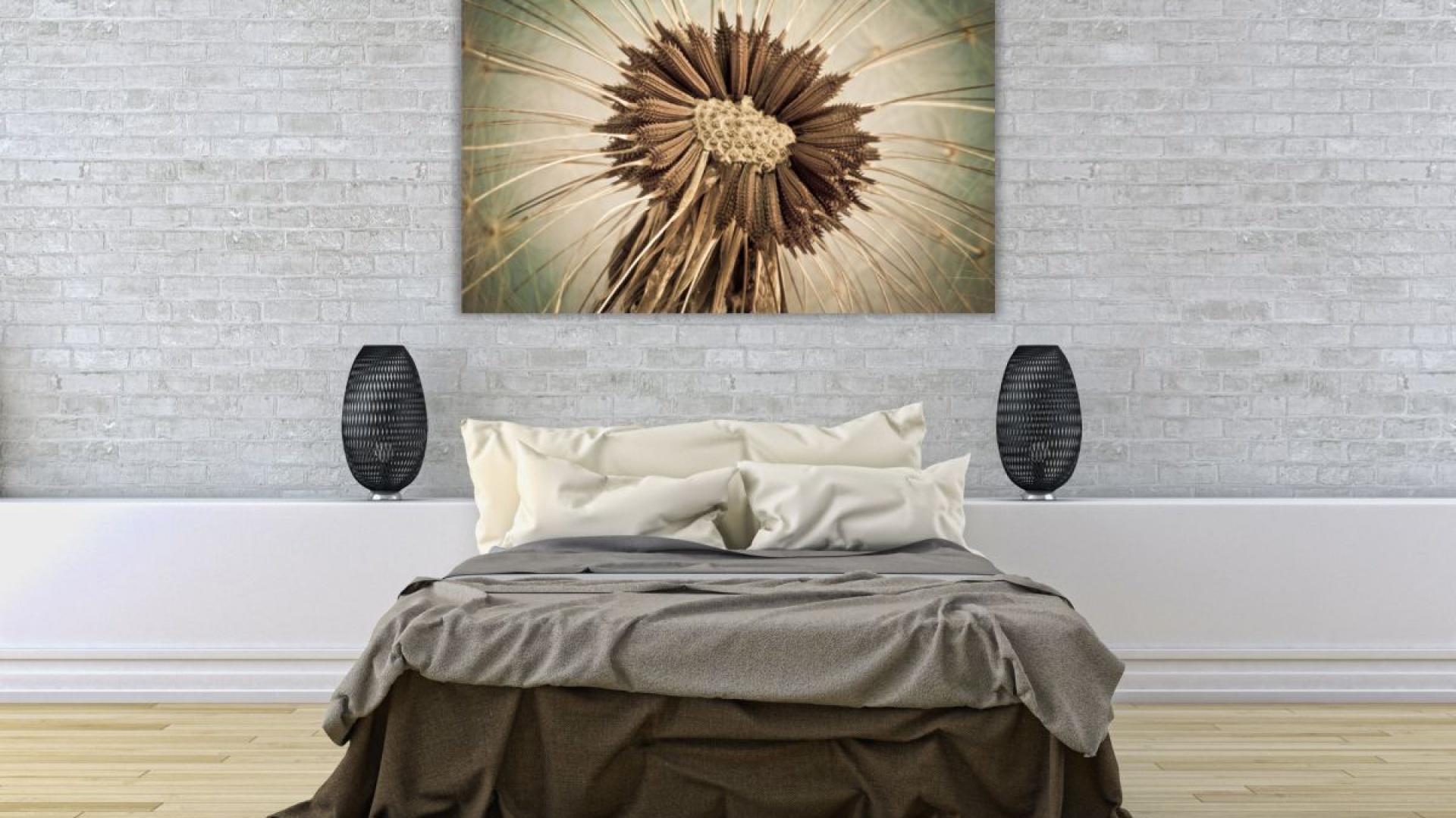 Zdjęcie dmuchawca w skali makro robi niesamowite wrażenie. W taki obraz można się wpatrywać długie minuty. Świetnie wygląda w połączeniu z brązowymi tkaninami łóżka. Do nabycia na stronie Demural. Fot. Demural.