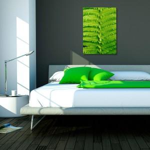 Liść paproci w skali makro to propozycja od Vacu Dsgn, do kupienia na stronie DaWanda. Wymiary 50x70 cm, cena 89 zł. Ożywi sypialnię soczystym kolorem zieleni. Fot. DaWanda.