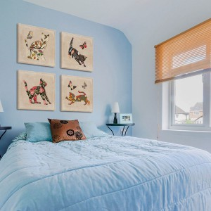 Obrazy z konturami uroczych kotków, wypełnionymi kolorowymi wzorami  to propozycja od Vacu Dsgn, do kupienia w sklepie DaWanda. Koty, wyglądające jak wytłoczone w płótnie, świetnie ozdobią przytulną, kobiecą sypialnię. Fot. DaWanda.