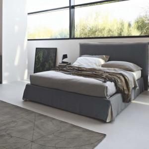 Łóżko Howard z wysokim, tapicerowanym zagłówkiem. Pokrycie wykonane z lnu można zdejmować do czyszczenia. Fot. KLER.