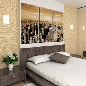 Imponujący pejzaż dużego miasta w kolorach sepii znakomicie nada się do nowoczesnej sypialni. Obraz ciekawie wyeksponowano na jasnym panelu nad łóżkiem. Do kupienia na stronie AgatonStudio. Fot. AgatonStudio.