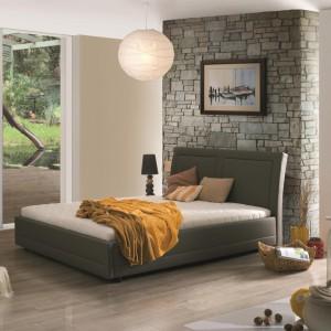 Łóżko Luxbed z lekko zaokrąglonym zagłówkiem oraz prostymi bokami. Łóżko dostępne również w wersji z pojemnikiem na pościel.  Fot. Meble Agata.