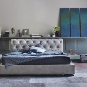 Klasyczne łóżko z mocnymi pikowaniami na lekko zaokrąglonym zagłówku. Fot. Bolzan Letti.