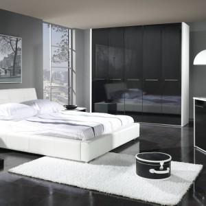 Białe, tapicerowane łóżko z kolekcji Mediolan o nowoczesnej formie. Fot. Stolwit Meble.