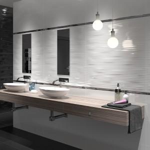 Połyskujące białe płytki z kolekcji Nordic marki Aparici nadadzą łazience wyjątkowy, elegancki wygląd.  Fot. Aparici.