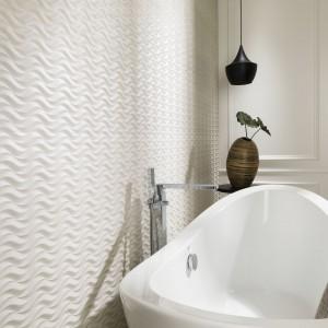 Marka Porcelanosa proponuje kolekcję płytek Island Beige o trójwymiarowej powierzchni z motywem fali. Fot. Porcelanosa.