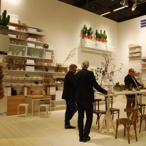 Marka String zaprezentowała systemy ścienne, które doskonale pasują do przestrzeni biurowej, ale także do nowoczesnych mieszkań w minimalistycznym stylu. Fot. Marta Ustymowicz