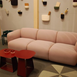 Podczas targów w Sztokholmie marka Normann Copenhagen zaprezentowała sofę Swell, która od dłuższego czasu cieszy się niesłabnącą popularnością. Fot. Marta Ustymowicz