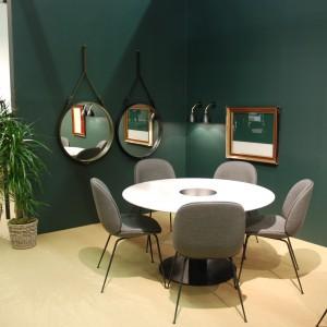 Marka Gubi wśród nowości zaprezentowała krzesła Beetle Lounge Chair, których projektantem jest Gam Fratesi. Modele dostępne są zarówno w jednolitej tkaninie, jak i w wersji kolorowej. Fot. Marta Ustymowicz