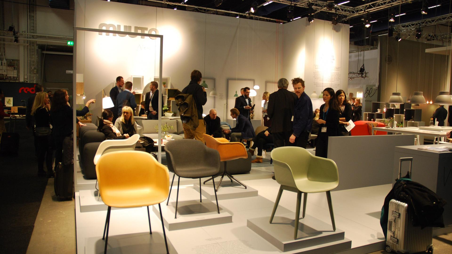 Marka Muuto zaprezentowała kolorową kolekcję krzeseł Fiber Chair wykonanych z drewna i tworzywa sztucznego. Fot. Marta Ustymowicz