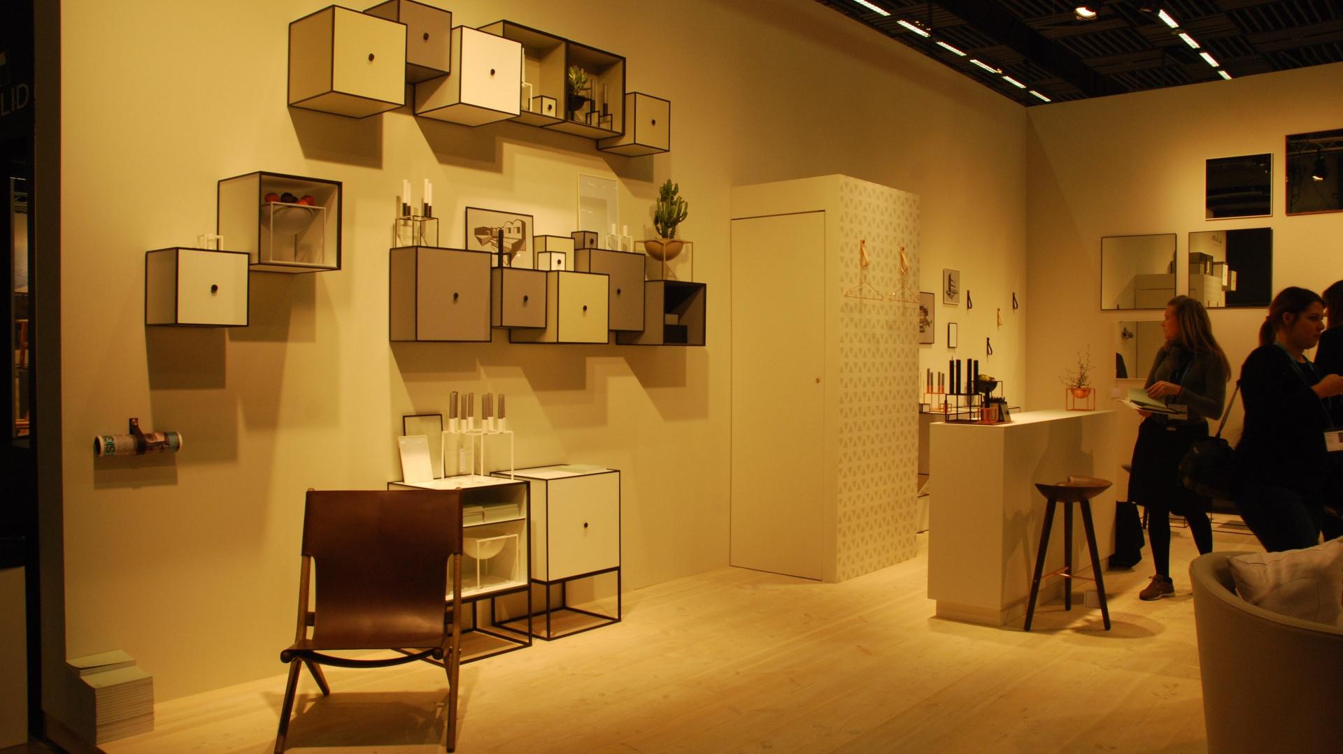 Meble zaprezentowane przez markę Lassen Copenhagen doskonale czują się w nowoczesnych wnętrzach. Firma swoimi produktami lansuje modę na półki ścienne w kształcie przestrzennych kubików. Fot. Marta Ustymowicz