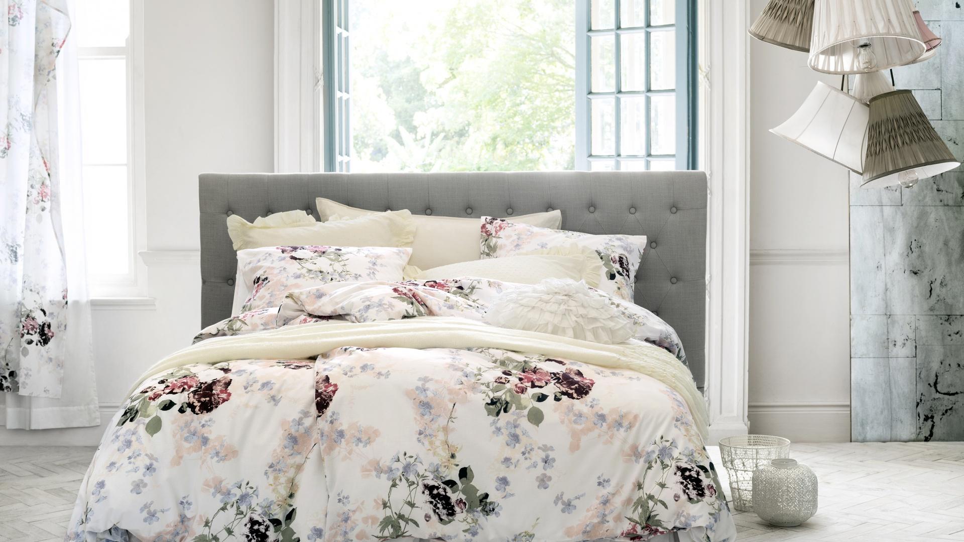 Kwieciste, delikatne tkaniny wprowadzają do sypialni łagodny, romantyczny nastrój. Fot. H&M Home.