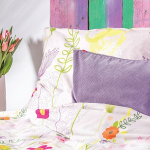 Pościel w delikatne kwiaty doskonale komponuje się się z jednolitymi, pastelowymi poduszkami. Fot. Home&You.