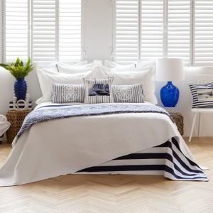 Wiosenne kolekcje proponują wiele marynistycznych motywów. Modne połączenie bieli i odcieni niebieskiego, marynarskie paski, kotwice. Fot. Zara Home.
