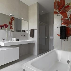 W stonowanej łazience utrzymanej w minimalistycznym stylu zdecydowano się na użycie fototapety tylko na niewielkim fragmencie ściany. Fot. Minka.