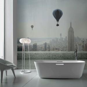 Fototapeta z widokiem na spokojny, miejski krajobraz z uroczymi balonami może stać się pięknym dopełnieniem wystroju salonu kąpielowego i jego prawdziwą ozdobą. Fot. Redro.