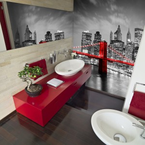 Fototapeta w miejskim stylu dodaje wnętrzu charakteru. Czarno-białe zdjęcie z czerwonym mostem kolorystycznie nawiązuje do wystroju łazienki. Fot. DecoMania.