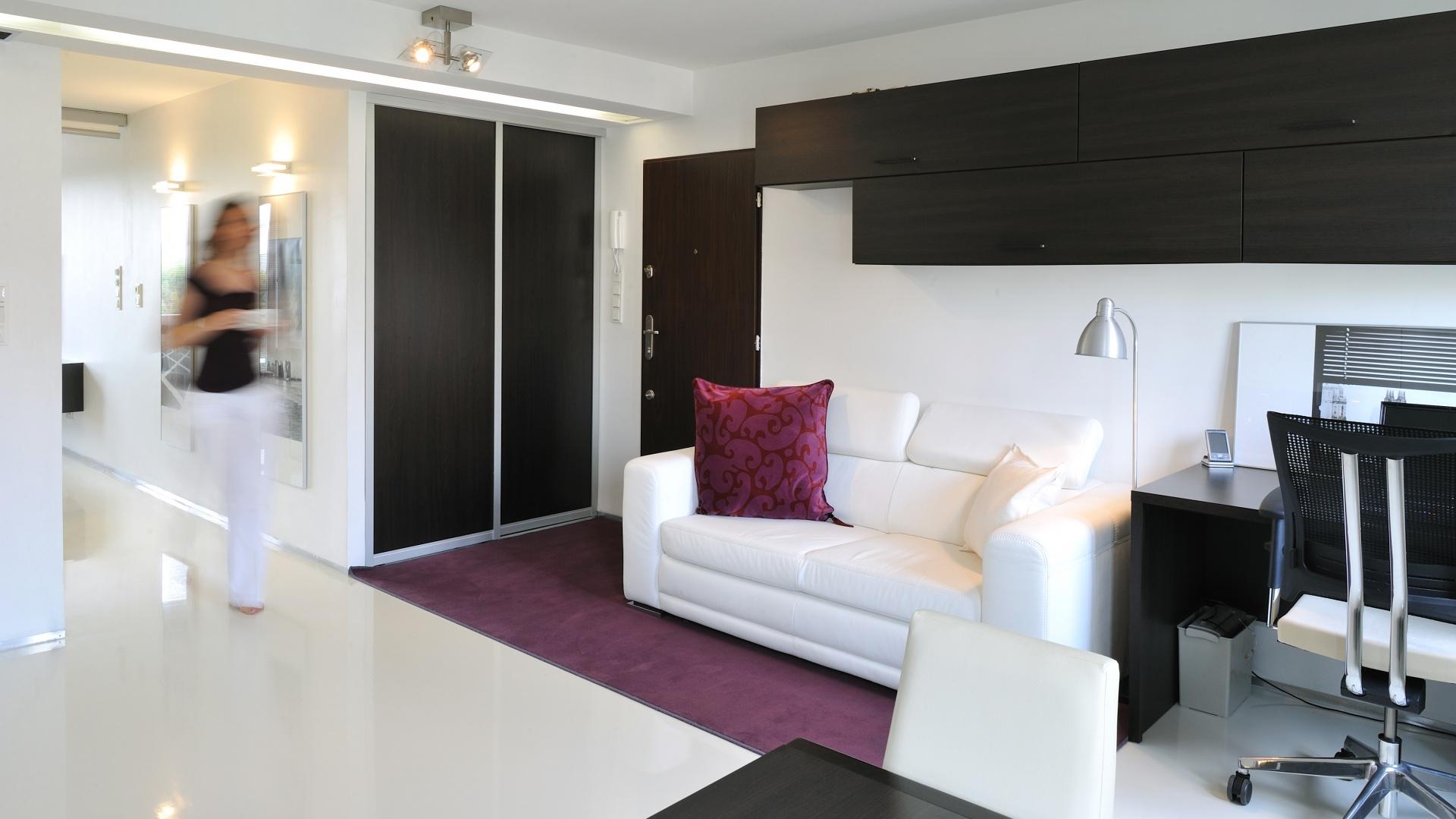W salonie wygospodarowano miejsce na niewielki kącik do pracy. Projekt: RS+ Architekci. Fot. Tomasz Zakrzewski.
