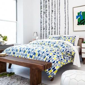 Kolorowe tkaniny w sypialni ożywiają spokojne, stonowane wnętrze. Fot. Fab.