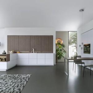 Kuchnia Topos od tej niemieckiej marki pozwala na stworzenie zabudowy o jednolitej bryle, dyskretnie wpasowującej się w otwartą przestrzeń. Przesuwne drewniane drzwi są eleganckie i praktyczne. Fot. Leicht.