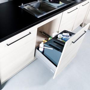Wysokie szuflady świetnie nadają się do zamontowania pod zlewem i segregowania w nich odpadów. W tym celu można je wyposażyć w specjalne pojemniki wstawiane do szuflady. Fot. Peka.