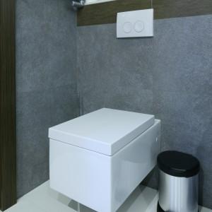 Prosta forma, będąca głównym wyróżnikiem projektu, przejawia się także wkształcie wyposażenia, m.in. nowoczesnej, geometrycznej ceramiki sanitarnej. Fot. Bartosz Jarosz.