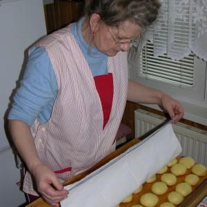 Dobrze, aby pączki wyrosły przed smażeniem. Na zdjęciu: autorka pysznych pączków, pani Elżbieta Kożuszek. Fot. Radosław Kożuszek.