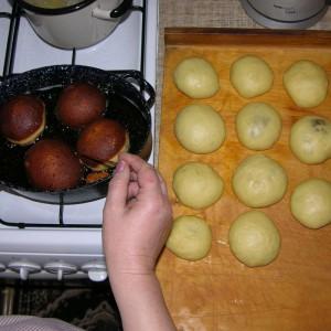 W trakcie pieczenia pączki przewracamy, by druga strona również się zrumieniła. Fot. Radosław Kożuszek.