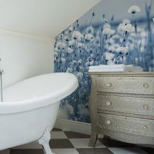 Fototapetę możemy umieścić na ścianie na poddaszu. W tej łazience delikatna, biało-niebieska kompozycja dodaje łazience romantycznego charakteru. Fot. Dekornik.