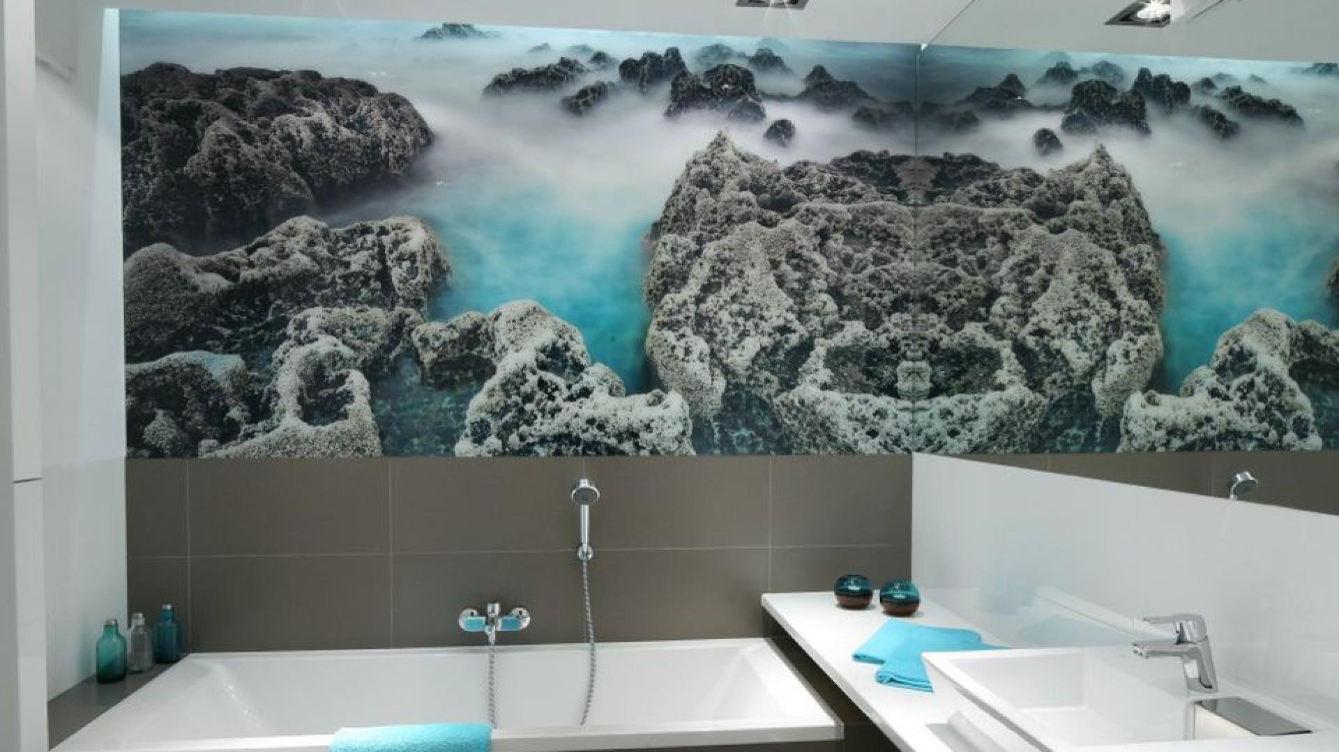Fototapeta przedstawiająca rafę koralową kolorystycznie współgra z wystrojem łazienki. Nadaje jej również oryginalny charakter. Fototapeta została zabezpieczona szkłem. Projekt: Anna Maria Sokołowska. Fot. Bartosz Jarosz