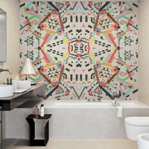 W stonowanej łazience zdecydowano się na kolorową fototapetę umieszczoną nad wanną. Dynamiczny wzór ożywia wnętrze łazienki. Fot. Redro.