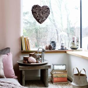 Pastelowe, różowe poduszki, dekoracje w kształcie serc wprowadzają do sypialni romantyczny nastrój. W takim wydaniu mogą z nami pozostać przez cały rok, a nie tylko przez jeden dzień. Fot. Broste Copenhagen.