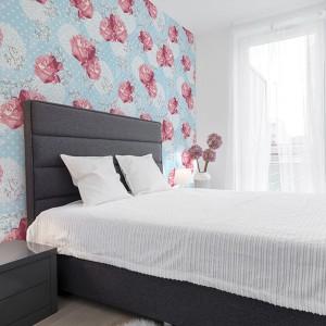 Delikatne, czerwone kwiaty na błekitnym tle wprowadzą do sypialni łagodną atmosferę. Fot. Dekornik.