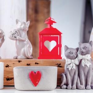 Donice, wazony z czerwonym sercem świetnie sprawdzą się jako dekoracja sypialni. Fot. Home&You.