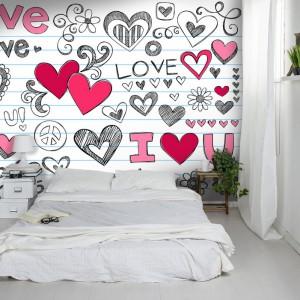 Powiększona kartka ze szkolnego zeszytu stanowi ciekawą dekorację ściany w sypialni. W białym wnętrzu sprawdzi się znakomicie. Fot. Picassi.