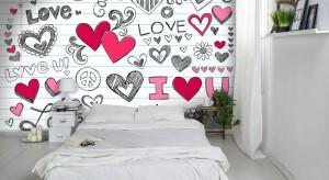 W dniu zakochanych towarzyszy nam romantyczny nastrój, który warto wprowadzić do naszych domów i mieszkań. Zobaczcie propozycję na wyjątkowe dekoracje sypialni.