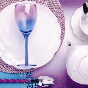 Fiolet i turkus urozmaici romantyczną aranżację. Kieliszek Rainbow od Home&You idealnie wpisze się w walentynkową kolację. Fot. Home&You.