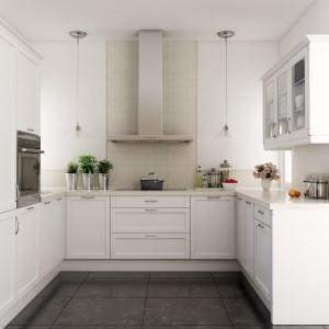 Biała, lekko stylizowana kuchnia. Fronty zdobią metalowe, delikatnie zaokrąglone uchwyty oraz przeszklenia w górnych szafkach. Fot. Atlas, kuchnia Jolanta.