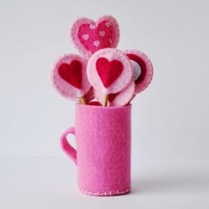 Słodko wyglądające lizaki z filcu firmy Bajbook mogą być oryginalną ozdobą walentynkowych muffinów i  stołu w czasie romantycznej kolacji. Do kupienia na stronie DaWanda, cena 21 zł za 3 sztuki. Fot. DaWanda.