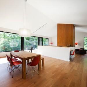 Funkcje dzienne zlokalizowano na drugiej kondygnacji domu. Projekt: Blouin Tardif Architecture-Environment. Fot. Steve Montpetit.