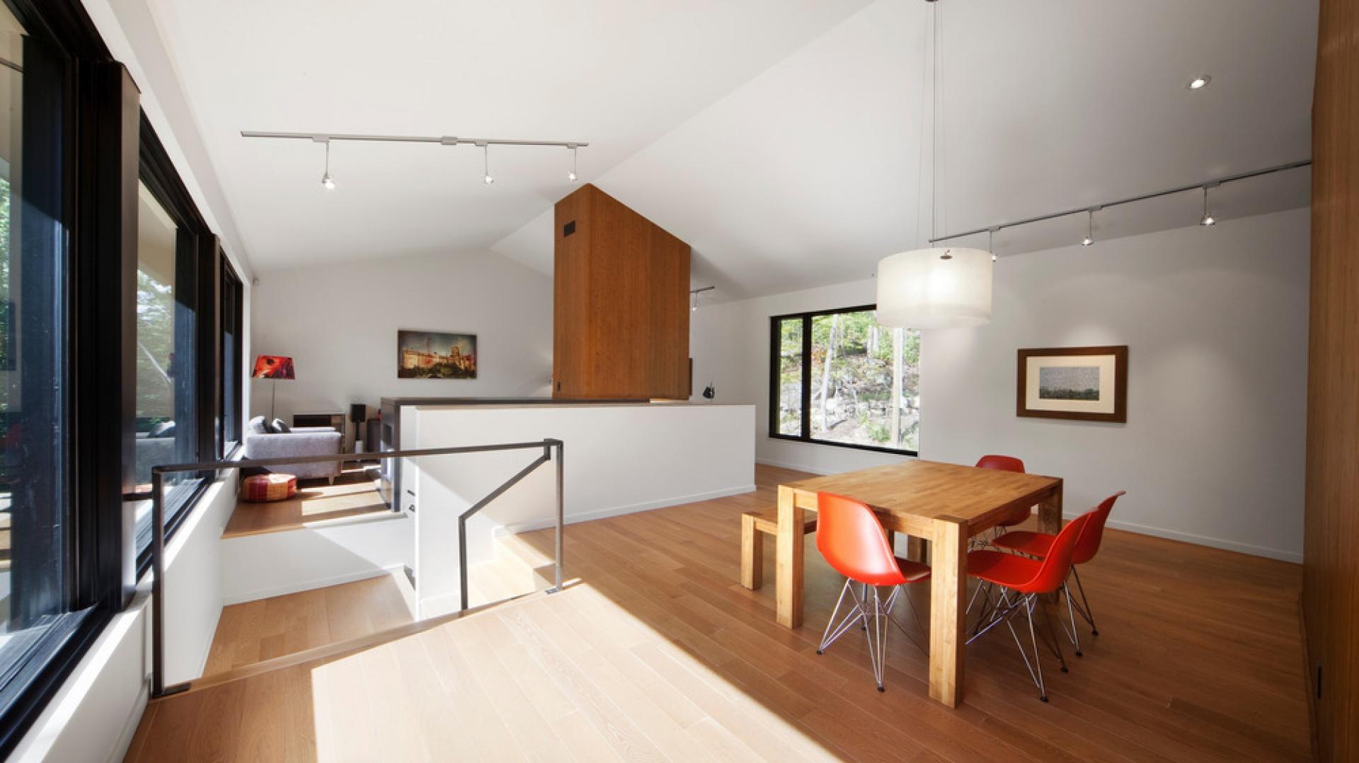 Bogato użyte drewno optycznie ociepla minimalistyczne, jasne wnętrze. Projekt: Blouin Tardif Architecture-Environment. Fot. Steve Montpetit.