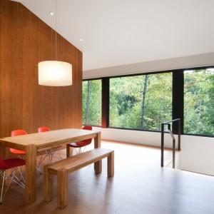 Zaglądająca do wnętrz zieleń za oknami, stanowi pełnoprawny element dekoracyjny pomieszczeń. Projekt: Blouin Tardif Architecture-Environment. Fot. Steve Montpetit.