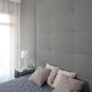 Szara, tapicerowana ściana wprowadza do wnętrz przytulną atmosferę. Projekt: Anna Maria Sokołowska. Fot. Bartosz Jarosz.
