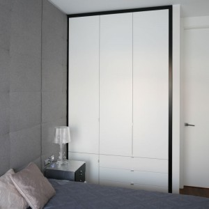 W sypialni wydzielono miejsce na wysoką, pojemną zabudowę wykonaną na wymiar. Fot. Bartosz Jarosz.
