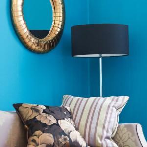 Turkus to ostatnio bardzo modny odcień niebieskiego. Odświeża wnętrze nie powodując wrażenia nadmiernego chłodu. Farba Para Paints. Fot. Dekorian.