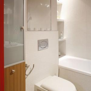 Przestrzeń wąskiej wnęki przy wejściu została wykorzystana na wysoka szafę z koszem na bieliznę i praktycznymi schowkami. Projekt: Daniel Niechaj. Fot. Bartosz Jarosz.