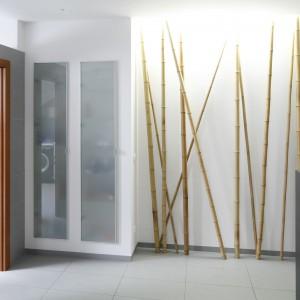 Duża szafka we wnęce jest przeznaczona na kosmetyki i łazienkowe zapasy. Fronty  z mlecznego szkła dodają lekkości. Projekt: Piotr Stanisz. Fot. Bartosz Jarosz.