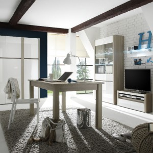 Białe meble ocieplone drewnem idealnie prezentują się na tle białych ceglanych ścian. Fot. Helvetia Wieruszów.