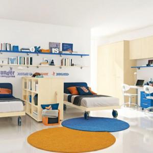 Aby zapewnić rodzeństwu odrobinę prywatności, można oddzielić łóżko za pomocą szerokiej półki lub innego mebla. Fot. Colombini Casa.